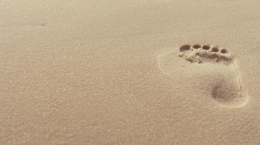 Una huella en la arena de una playa.